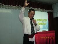 pastor Yosep Piter ketua pusat gereja pantekosta filadelfia Malasya sedang membuka dlm doa KKR safari malasya penuh uapan