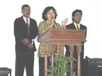 Pdt Rolly Rorong dalam pelayanan KKR di gereja sidang jemaat Solo.nampak gembala sidang
