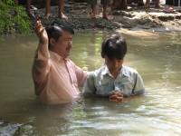 pdt rolly rorong dalam pelayanan babtisan air usai seminar di Gereja betel injil sepenuh