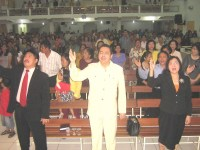 KKR di GBT Madium tanpak Bp pdt Yohanes dan ibu bersama pdt rolly rorong
