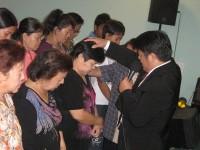 Pdt Rolly Rorong dalam pelayanan kesembuhan Ilahi di Gereja Isah Almasi.