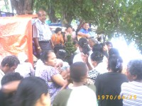 Tim safari mengadakan ibadah dan membagi pd yg membutukan di pinggiran kali genteng surabaya