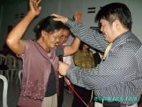 Pdt Rolly Rorong dlm pelayanan kesembuhan Ilahi pada KKR di GBI Monogiri