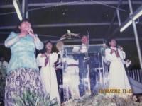 Sotrong penuh urapan.Song leader Ibu Pdt Wanman di lapangan olaraga sorong