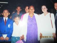 Tim Pdt Rolly Rorong.foto bersama dgn ibu memawa 2 tongkat dan pulang tongkat di;lepas Tuhan telah jamah.Belawan penuh urapan 1993