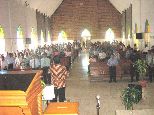 pdt Rolly Rorong dalam pelayanan persekutuan hamba2 Tuhan kedamaian GPdi kota Madiun.